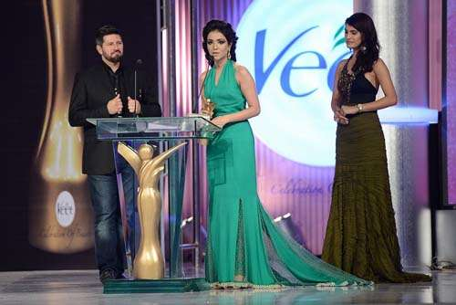 Beauty of the Year _ Presented by Tapu Javeri and Nadia Hussain to Humaima Malick (3)