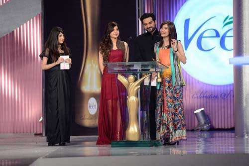 Syra Yousuf receiving her award for Most Beautiful Smile