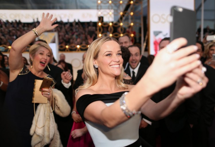 Reese Witherspoon Photobombed